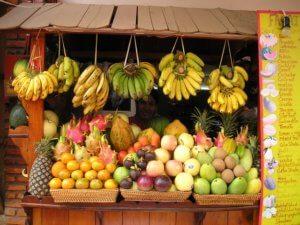Owoce i warzywa na straganie w Laosie