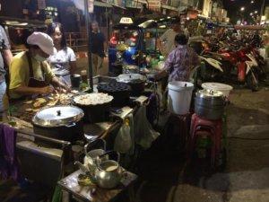 Tajski street food nocą